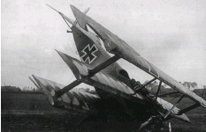 ??  ?? ■ Richthofen's DR.I 114/17 after crashing near Zilverberg, Flanders. The accident was most probably caused by a collision with wiring of some kind during the landing. The wire can be seen wrapped around the starboard lower wing. (Bronnenkant)