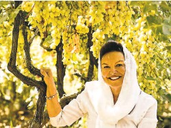 ?? Courtesy Heidi Kuhn ?? Roots of Peace founder Heidi Kühn shows grapevines growing at a former battlefield in Afghanistan.