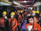 ??  ?? Right bottom: Workers need to replenish a lot of water due to constant sweating, Nov 18, 2020. Right bottom: Workers take a bus to the No 4 inclined wellhead of the Qinling Mountains Water Conveyance Tunnel with a length of 5,820.21 meters, Nov 18, 2020.