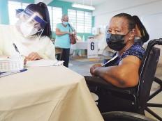 ??  ?? SU PRIMERA DOSIS. Doña Saturnina Lanzó Santiago fue otra de las participantes del plan de vacunación.