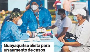 ?? ENRIQUE PESANTES / EL COMERCIO ?? • Una brigada de médicos atendía ayer casos sospechosos de covid-19 en la carpa que instaló el Municipio en la vía a Daule, en el norte.