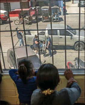 ?? DANIELE VOLPE   Wasington Post ?? Pascual's family watches him arrive at the government building in Guatemala City where they were waiting for him.