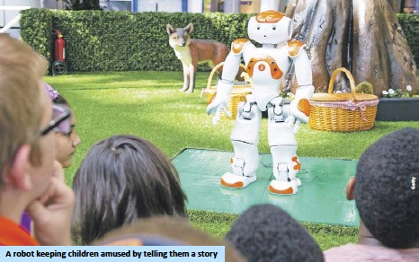 ??  ?? A robot keeping children amused by telling them a story