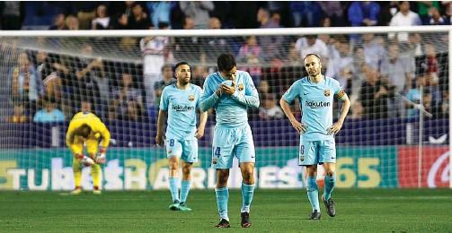 ?? ALBERTO SAIZ/AP PHOTO ?? SIKLUS TERPUTUS: Dari kiri, Jordi Alba, Philippe Coutinho, dan Andres Iniesta meratapi kekalahan perdana Barcelona di La Liga musim ini.