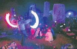 ?? Picture: PA. ?? Crowds gather at the neolithic site in Wiltshire ahead of the summer solstice.