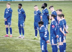 ??  ?? Respect Queen of the South players observe a silence on Saturday in tribute to Prince Philip
