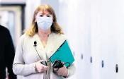 ?? FOTO: M. RIETSCHEL/DPA ?? Sachsens Sozialministerin Petra Köpping (SPD) verkündete am Dienstag, dass im Freistaat der Impfstoff Astrazeneca in den Praxen komplett freigegeben wird.