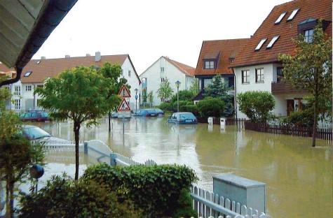 ?? Foto: Helmut Noga ?? Im Jahr 1999 fotografierte Helmut Noga vor seinem Haus in Pfersee: Die Straße war vom Wertachwasser geflutet, Keller liefen voll.