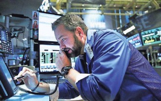 ?? SPENCER PLATT, GETTY IMAGES ?? A trader works at the New York Stock Exchange. In three weeks, the Dow has gained 6%.