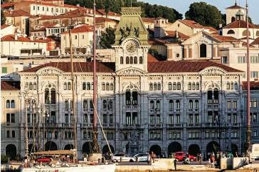 ??  ?? Piazza Unità d'Italia e il palazzo del Municipio visti dal molo Audace a Trieste.