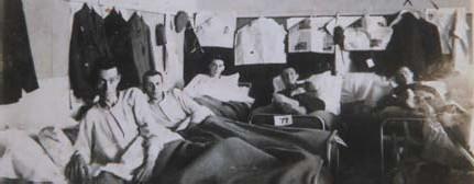 ?? FOTO RAYMOND LEMMENS ?? In de slaapzaal van een concentratiekamp.