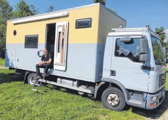 ?? FOTO: MICHAEL HOCHHEUSER ?? Der Trossinger Helmuth Lauscher hat einen Lkw zum Wohnmobil umgebaut.