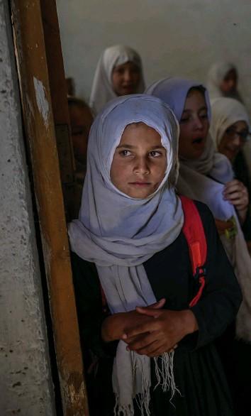 ?? Foto: Bulent Kilic (AFP) ?? Nur noch die Jüngsten sind willkommen: Grundschülerinnen beim ersten Schultag.