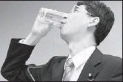 ??  ?? Yasuhiro Sonoda, a cabinet office parliamentary secretary, drinks water taken from a radioactive puddle from the Fukushima Dai-ichi nuclear power plant.