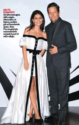 ??  ?? MOLTO ROMANTICI Un'altra immagine della coppia. Alessandra, in bianco, sembra già un'incantevole sposa. Ross l'ha conquistata nascondendole romantici post-it nella valigia.