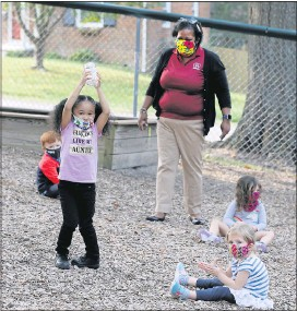 ?? JOE MAHONEY/TIMES-DISPATCH ?? At Skipwith Academy on Forest Avenue in Henrico County, Jovita Pope teaches Earth science to students. In a newrule, Virginians ages 5 and up will be required towear masks indoors and outdoors when comingwith­in 6 feet of others.