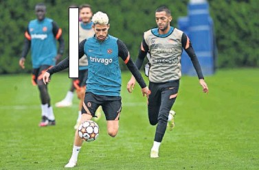 ??  ?? Jorginho y Ziyech durante un entrenamiento del Chelsea.