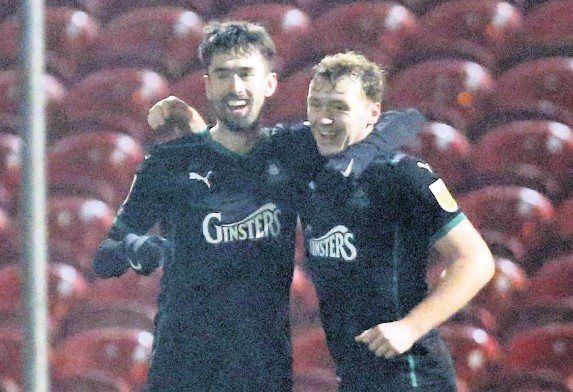 ?? Dave Rowntree/PPAUK ?? > Plymouth Argyle striker Ryan Hardie (left) celebrates his goal at Swindon Town on Tuesday night with his strike partner Luke Jephcott