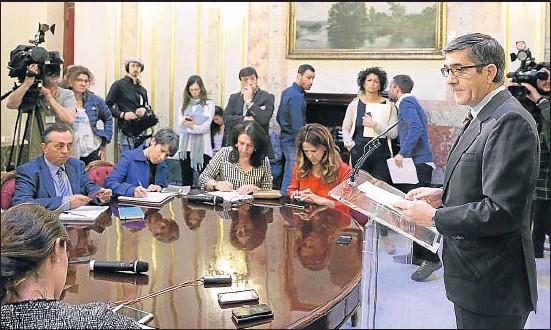 ?? ZIPI / EFE ?? Patxi López informó ayer del decreto de disolución de las Cortes y convocatoria electoral que acababa de firmar el Rey en la Zarzuela