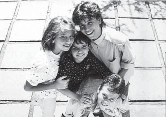 ?? Monica Vendramini/folhapress ?? No alto, Amanda Acosta hoje, aos 42; e com o Trem da Alegria (de blusa escura), cercada por Vanessa, Luciano Nassyn e Juninho Bill, em 1988