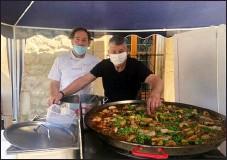 ??  ?? Lionel et son ami cuisinier Thierry en pleine préparation de la paëlla