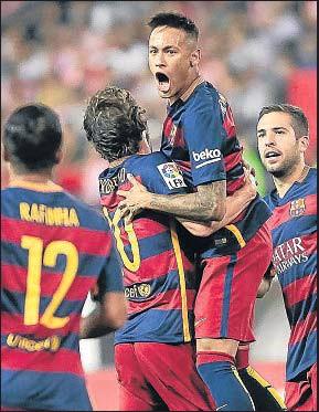 ?? DANI DUCH ?? Neymar celebra con Sergi Roberto el gol del empate