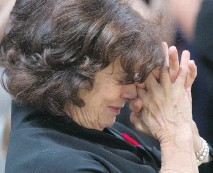 ?? SEAN KILPATRICK/THE CANADIAN PRESS ?? Justin Trudeau's mother Margaret reacts to her son being sworn in as prime minister on Wednesday. 'He's my boy and he's taking on the biggest, biggest job,' she said.