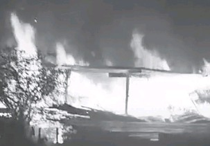 ??  ?? RANAP: Bengkel kayu musnah dalam kejadian di Kampung Baru Cina, Dalat malam kelmarin.