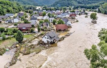 ?? Foto: Michael Probst (Keystone) ?? Von der Ahr zerstörte Häuser: Das Dorf Insul bei Schuld in Rheinland-Pfalz.