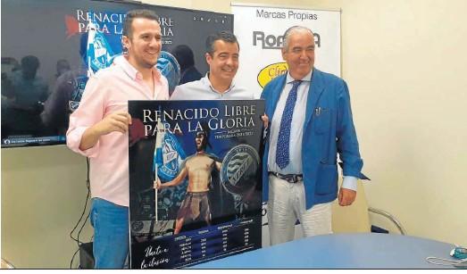 ??  ?? Ignacio de la Calle y José Pérez Herrera posan con el cartel de la campaña de socios junto a César Corrales, exazulino y ahora en Roansa.