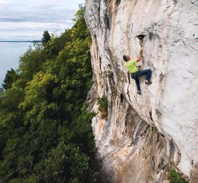 ?? Foto Luka Tambača ?? V steni se počuti kot – rojeni plezalec v steni.