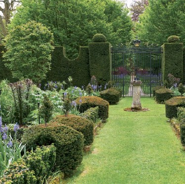 ??  ?? Right The view of the Sundial Garden from the house – beds are edged with classic box, with yew hedges surrounding the garden