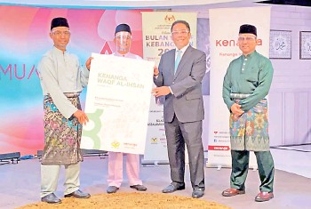 ??  ?? (From left) Yayasan Waqaf Malaysia chief executive officer Associate Professor Dr Amir Shaharuddin, Director General of the Department of Waqf, Zakat and Hajj in the Prime Minister's Department Suhaimi Saudi, De Alwis and Kenanga Islamic Investors executive director and chief executive officer Zulkifli Ishak during the launch of Kenanga Waqf AlIhsan Fund yesterday.
