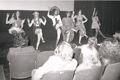 ?? Jerry Telfer / The Chronicle 1972 ?? The Nickelettes (later called Les Nickelettes) perform at the O'Farrell Theatre in 1972.