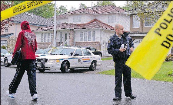 ?? LES BAZSO — PNG ?? Surrey RCMP investigate a possible shooting death at a residence in the 23400-block 70th Avenue on Thursday.