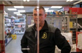 ??  ?? Butikksjef Roar Einen får påfyll av varer til butikken i Leirvik. Nesten halvparten av salet forsvann då koronaen kom.
