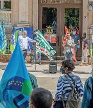 ?? (Pretto) ?? Arrabbiati Le bandiere dei sindacati sventolate davanti all'ingresso del palazzo della Provincia