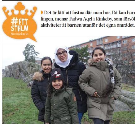 """??  ?? TAR STEGET. Fadwa Aqel med döttrarna Hadil, 11 och Aisha 12 och sonen Yocef, 4. """"Först visste vi inte alls vad det var, men sen var det roligt"""", säger Hadil om Lajvakademien där systrarna har testat nya roller under hösten."""