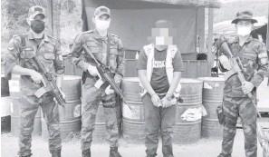??  ?? SUSPEK : Antara suspek yang berjaya ditangkap memiliki dadah jenis syabu.