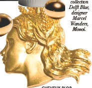 """??  ?? CHEVEUX D'OR Collier """"Vierge"""" en laiton doré, signe du Zodiac, Schiaparelli."""