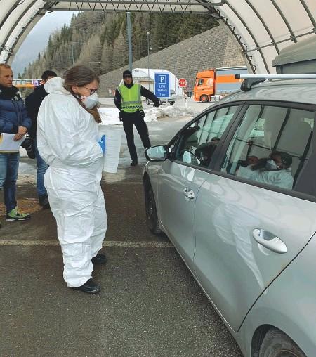 ??  ?? Altolà I controlli sanitari al confine del Brennero: da oggi possono passare solo gli austriaci
