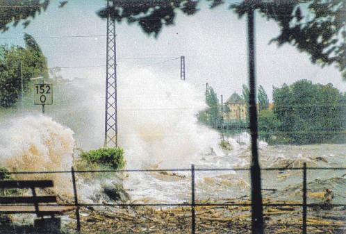 ?? FOTO: WALTRAUD HÖRMAN ?? Juni tobt ein gewaltiger Sturm – die hohen Wassermassen und das darauf schwimmende Treibholz richten vor allem, aber nicht nur beim Bahndamm riesige en an.