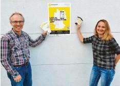 ?? Foto: Thomas Veh/Landratsamt ?? Elmar Waltl und Alexandra Bronnhuber (Hauptamtliche Integrationslotsin des Land‰ kreises Dillingen) präsentieren das Plakat für die App.