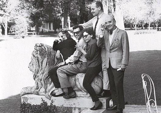 ??  ?? Un león en el bosque de Vicente Casares. Silvina, Enrique Pezzoni, Alejandra Pizarnik, Edgardo Cozarinsky y Manuel Mujica Lainez en octubre de 1965.