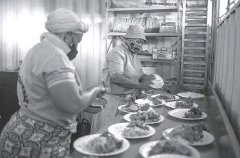 ??  ?? Volunteers at the Sincedeni Elderly Centre prepare meals with food rescued by Chefs with Compassion in Eldorado Park, Johannesbu­rg.
