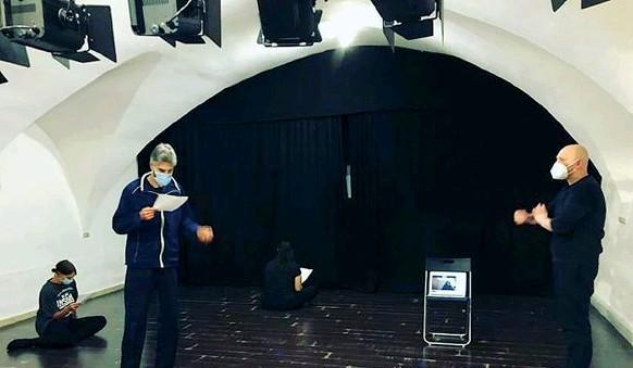 ??  ?? In prova Lezione sul palcoscenico de «La bottega dell'attore» dell'associazione culturale Emit Flesti a Trento. A sinistra, un incontro al Teatro Off
