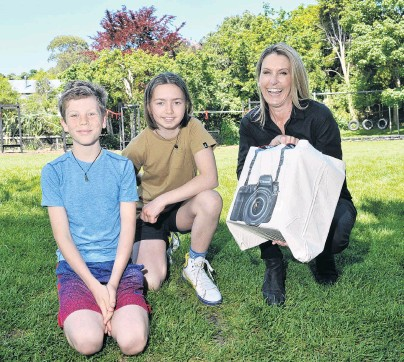 ?? PHOTO: GRE­GOR RICHARD­SON ?? New gear . . . Ex­cited to re­ceive a $5000 prize af­ter win­ning the Canon Ocean Grants com­mu­nity award are (from left) Broad Bay School pupils Anika Big­gin (10) and Asher Armstrong (11), with Canon New Zealand chief ex­ec­u­tive Kim Con­ner.