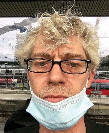 ?? FOTO: PIERRE DEASON-TOMORY ?? Der Autor als Kauz: Pierre Deason-Tomory im Corona-Selbstporträt auf einem Bahnsteig.