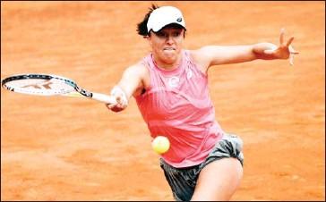 ?? AFP ?? Poland's Iga Swiatek returns a forehand to Czech Republic's Karolina Pliskova during the final match of the Women's Italian Tennis Open in Rome on May 16.