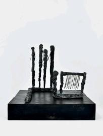 ??  ?? N'Roll, 1976Plomb, lames d'acier, caoutchouc50,5cm×40,5cm×49 cmCourt. Galerie Christophe Gaillard,Paris